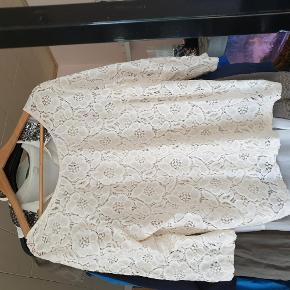 Varetype: trøje Farve: hvid  30 kr er over mobile pay. Ellers bliver der lagt ts gebyr på. 1 del 30 kr. 4 dele 100 kr.