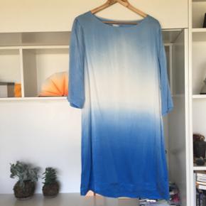 Smukkeste blå/lyseblå/hvid kjole i 100% silke.Aldrig brugt. Sælges, da jeg ikke kan passe den.   Kom med et bud! Se også mine andre annoncer :-)