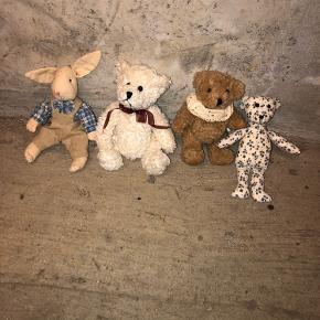 4 små gamle bamser - stadig i en rigtig pæn stand.  Prisen er samlet for alle bamser og de sælges kun samlet!  Afhentes i Hellerup eller sendes med DAO 🌸