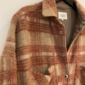 Stylenavn: Aron Jacket (uld)  Jeg har sat en masse ting til salg og har super travlt, så sender ikke flere billeder og måler ikke. Man kan Google stylenavn for mere info.  Ved købt af 3 ting får du 20%