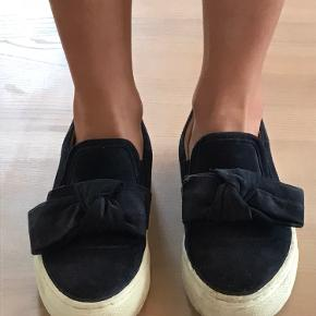 Mørkeblå Billi Bi sko med sløjfe. Lidt beskidte. Kom med et bud