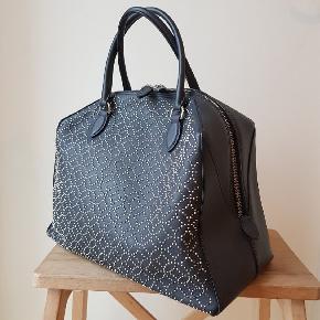 Virkelig flot håndtaske fra Alaïa i mat sort læder med sølvfarvede nitter. Brugt få gange. Bud fra 5.000 kr. + forsendelse.