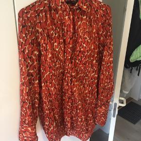 En skjorte fra Malene Birger. Godt nok er størrelsen en str. 34, men jeg er selv normalt en størrelse 36-38, så derfor passer den også til en størrelse small. Kom gerne med bud