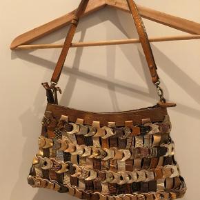 Varetype: Håndtaske Størrelse: Længde 30 cm højde 18 cm Farve: Multi Oprindelig købspris: 999 kr.  Rigtig fin og ubrugt taske. Dermed også som ny indeni.
