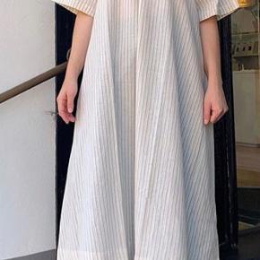 Skøn skøn kjole, som jeg desværre slet ikke får brugt. Fremstår som ny.