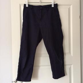 Skønne afslappede bukser/chinos/slacks fra COS i 100% bomuld. Brugt, men i meget god stand.   Tjek også mine andre annoncer ☀️ Jeg har bl.a. tøj fra Isabel Marant, Max Mara, Comme des Garçons, COS og Mango.