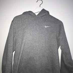 Grå hoodie fra Nike i str XL (den fitter ca en S fordi den er købt i børneafdelingen) Hvis den skal sendes, betaler køber fragt, men kan også mødes