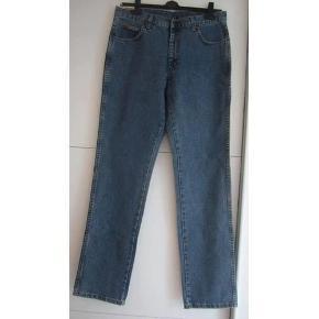 """Varetype: Wrangler cowboybukser / jeans til mænd Størrelse: 33""""/34"""" Farve: Denim Oprindelig købspris: 700 kr.  NYE Wrangler cowboybukser / jeans -Vintage stonewash -regular straight leg : aldrig brugt (sælges for min far) har et 1 par tilbage str. : W: 33: L: 34 (84/86 cm) nypris 700 kr bud fra 350 kr + evt. forsendelse  *Handel kan foregå via TS, kontant, via bankkonto & Mobilepay*"""