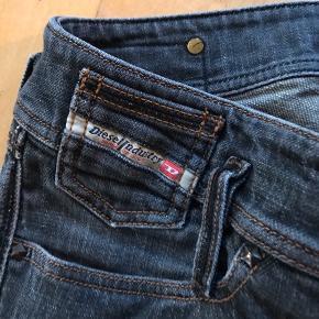 Fine bukser fra Diesel. Brugt en del, men stadigvæk i god stand.størrelse 26/32. Med fine detaljer. Farven er mørk grå/sort