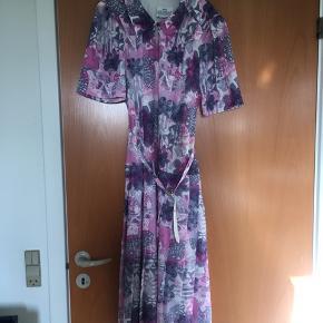 Super sød blomstret vintage / retro kjole str 38. Den er i perfekt stand. Plisseret underdel.