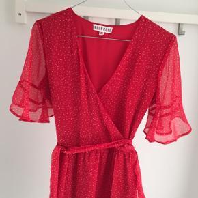 Så fin kjole fra Neon Rose med flæsedetaljer og prikker. Den er xs, men jeg er selv en small, og den har passet mig. Den er i 100 % polyester. Lukkes med lynlås i siden, og ellers har den et bindebånd, som man også kan tage af 😊