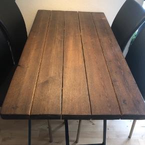 Sælger mit højt elskede plankebord!  Der er spist ved de få gange, det har mere bare slået og set godt ud.  Det er med stål ben.  Længde: 130 Brede: 70