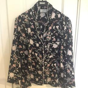 Sort skjorte med blomster str.XL er lille i størrelsen  Brugt meget lidt
