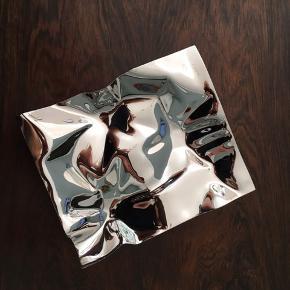 Smukt, lille fad fra Georg Jensen. Rustfrit stål. Designet af Verner Panton i 1988.   14,7cm x 17,6cm  Har små brugsspor i midten af fadet, som kan ses på billede 3.
