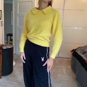 Smuk Kanarie gul trøje. Farve svær at fange på billeder. Virkelig blød. Mohair.  Tags: strik - vintage - fluffy - sweater - fuzzy - knit