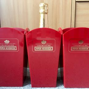 20. Piper-Heidsieck champagnekøler i kraftig rød plast. H: 23cm Ø: 13cm. Diagonal 17,5cm. Ø: 10cm bund. 300 g. Flot stand uden defekt. Som ny & dekorativ. Flasken følger IKKE med.  Sælges kun 99kr.   Perfekt til alle store fester/begivenheder som et festligt indslag: nytår, fødselsdage, dimission, studenterfest, svendegilde, bryllup, konfirmation, fernisering, reception, åbningsevent, gallapremiere & romantisk hyggeaften/middage med kæresten en varm sommerdag.  Gaven til ham/hende som har alt.   Fra røgfri, børnefri & dyrefri hjem. Flasker følger IKKE med. Se mine andre annoncer: flasker op til 15 L, champagnesabler & Champagnekølere. Kan skaffe andre typer, så spørg om det.