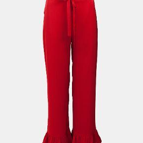 Skønne bukser i lækreste viskose i flot rød farve. De falder smukt tungt, når de er på, god pasform. Str M/S ( hvis small, falder lidt løsere ) Nypris 1500.-  Brugt få gange. Kan ses i Rungsted. Sender gerne.