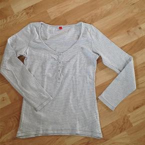 Sød stribet t-shirt med lange ærmer fra Esprit. Str. XL. 100% bomuld. Fremstår som ny uden pletter eller huller.  KOM MED ET BUD!  Lækker stribet t-shirt Farve: Grå/hvid