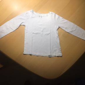 Superfin hvid bluse i str 110/116 købt i H&M. Der er blondekant i halsen og i ærmerne. Brugt få gang, ser ud som ny. Ved forsendelse betaler køber fragtomk.