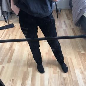 Sælger disse bukser fra NAKED Modellen hedder straight velvet suit pants Aldrig brugt, stadig med tag. Sælges da de er for store  Str 36  Lidt store i livet, der kan dog sættes et bælte i. Stoffet er velour