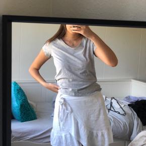 Grå tee t-shirt , bluse top med v-hals, v neck    Kan passes af Xs - s - m
