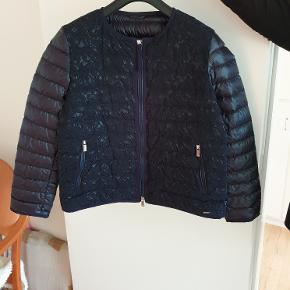 Seventy sergio tegon jakke .Blå kort Italiensk jakke ,str. M .Nypris 2500 kr ,sælges for 900 kr . Tlf. 22329369