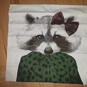 Fint pudebetræk med vaskebjørn, måler 40 x 40 cm. Aldrig brugt. Giv et bud