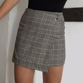 Asymetric skirt with silver detail.  Size says 40 but I would say it fits better for 38.  The skirt has a matching blazer which I am also selling :)