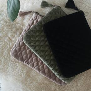 Super flot clutches i velour. Har dem i farverne sort, olivengrønne og rosa. Den kan også bruges som ipad etui eller toilettaske.  Den sorte er lidt mindre end de andre to. Helt nye.   Fast pris 139kr