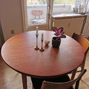 Rundt flot træbord til 4 personer, men kan snildt sidde 6 til større middagsarrangementer.  Kom med et bud(: