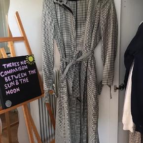 Lang frakke med pænt mønster.  Aldrig brugt, da den er for lang.
