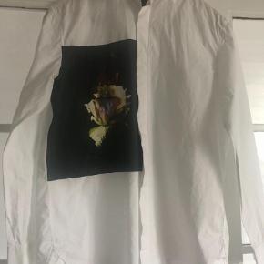 Varetype: Langærmet Farve: Hvid Oprindelig købspris: 349kr Hvid skjorte 100% bomuld med print på venstre side Sender med dao
