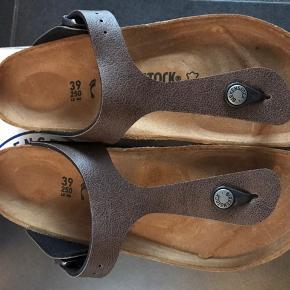 Klassisk Birkenstock sandal i cognac/mocha brun i Birko flor.  Kan justeres med spænde. Sidder utrolig godt på foden og er meget behagelig at gå i pga. Birkenstocks unikke fleksible korksål.  PASSER TIL EN smal/normal fod  Str. 35: 22,5 cm Str. 36: 23 cm Str. 37: 24 cm Str. 38: 24,5 cm Str. 39: 25,0 cm  450,- pp 37,- m forsikret fragt via Dao via mobile og TS 499,- inkl Dao m TS