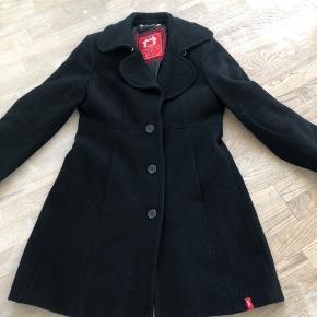 Flot klassisk sort uldfrakke fra Esprit i str. L. Den er meget velholdt, men trænger til en gang rens.  Sender gerne og kan mødes og handle i Ringsted eller på Frederiksberg