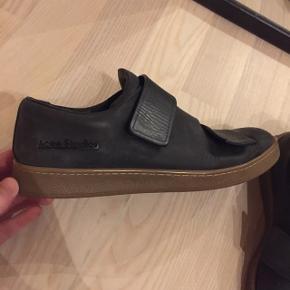 Acne Studios Black Leather Triple Velcro Sneakers  Str. 38 Con: 8,5/10  Np: 3200 kr Prisidé: 1500 kr  Lækre sneakers fra Acne i simpelt look, blødt læder, som jeg har plejet flere gange. Brugt minimalt. Inklusiv dustbag 🤩