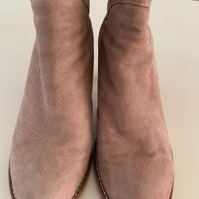 Rosa ruskind. Kun brugt få gange. Behagelig støvle med 7,5 cm hæl cirka. Bytter ikke.
