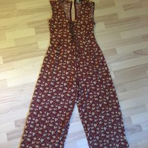 Smuk, vintage buksedragt med skjult lynlås i ryggen og i helt fin stand. Sælges da den desværre er lidt for kort til mig.