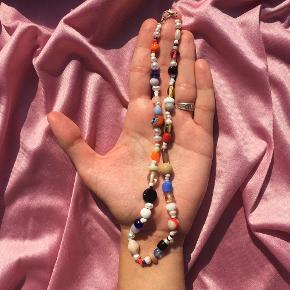 🔗🧮HÅNDLAVET HALSKÆDE 🧮🔗 halskæde med en blanding af neutrale toner og røde/blå nuancer 80,- inkl. med postnord, men er frisk på at handle gennem tradono:)  en af de første halskæder jeg har lavet og derfor skal alt udover perlerne skiftes ud, og derfor kan jeg også justere halskæden til dine mål ved at fjerne/tilføje perler<3   kvalitetstråd & lås af forsølvet messing   tjekkiske glasperler, ferskvandsperler & miyukiperler / seed beads   skriv ved interesse eller spørgsmål 🤍 og tjek min shop ud på instagram, @perlebikzen