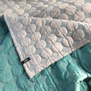 Jeg sælger mit Hay mega dot sengetæppe. Sengetæppet måler 235x245 cm.