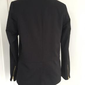 Sød jakke med detaljer- jakken har slids bagpå Længde fra skulder og ned 57.cm Kæber betaler porto🌺