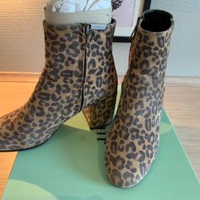 Lækre støvler fra Apair i Leopard. Amalfi Leopard  Sparsomt brugt og velholdte.   Kan hentes i Karlslunde eller Ballerup efter aftale. Sender gerne mod betaling.