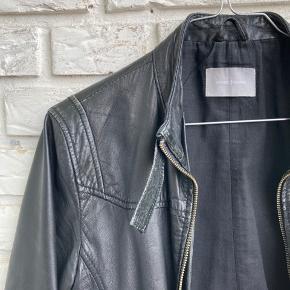 Sort læder jakke. Trænger til en omgang læder-fedt :-) slid fremgår af billeder. Normal i størrelsen.   #secondchancesummer