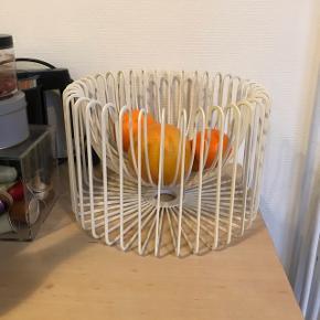 Frugtskål fra IKEA i smart design. Fejler ikke noget.