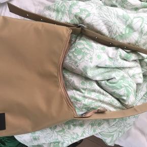 Ulrikke nylon taske fra Daniel Silfen i beige. Stor model. Kun brugt et par gange, så derfor i rigtig god stand.