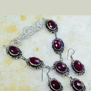 Utrolig smuk smykkesæt i sterlingsølv,med facetsleben Cherry Ruby ædelsten