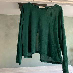 Lille plet på forsiden af trøjen. Kan formentlig komme af i vask.