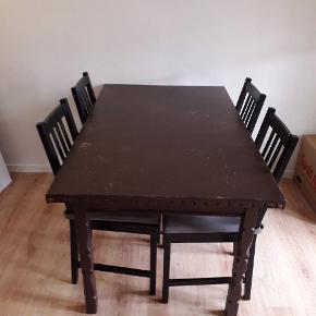 GRATIS, med 2 udtræksplader, god til fest . 4 stole hører til.