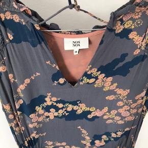 Maxikjole | gulvlang kjole  Smuk gudindekjole med flæser