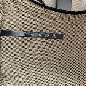 Autentisk Prada Sport Canvas Material Mini Hobo Bag   Størrelse:  Højde: 18cm  Bredde: 21cm Minimal brugsspor