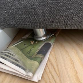 Hjørnesofa med to chaiselong. - Farve: mørkegrå - Højde ved ryg (uden puder) 64 cm - Længde: 285 cm - Dybde ved den længste chaiselong 193 cm - Sidde Dybde  70 cm  Sofaen er godt brugt og det ene ben er knækket, trænger til at blive skiftet ud. Sælges fordi den er blevet for stor 🤷🏻♀️  BYD GERNE ✌🏻
